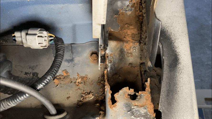 SUBARU R2 日本一周挑戦の危機 フェンダー・ボンネットヒンジのサビの被害