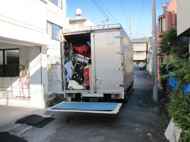 荷物を積みすぎているトラック
