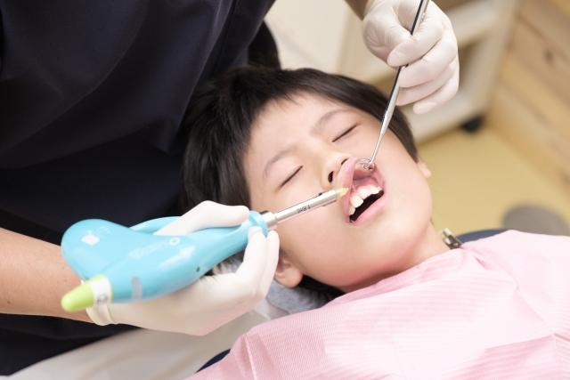 歯医者で部分麻酔を打つ