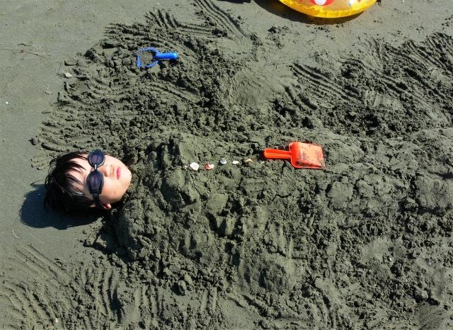 砂の中に埋まる