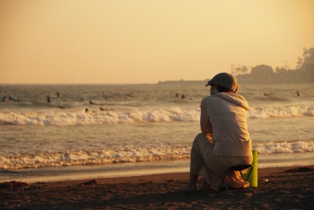 砂浜に座っている