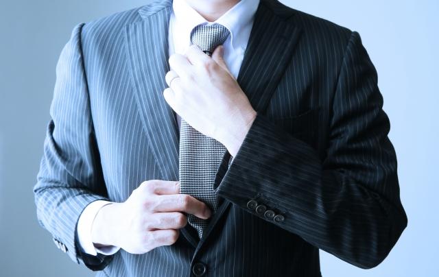 ネクタイをしめている