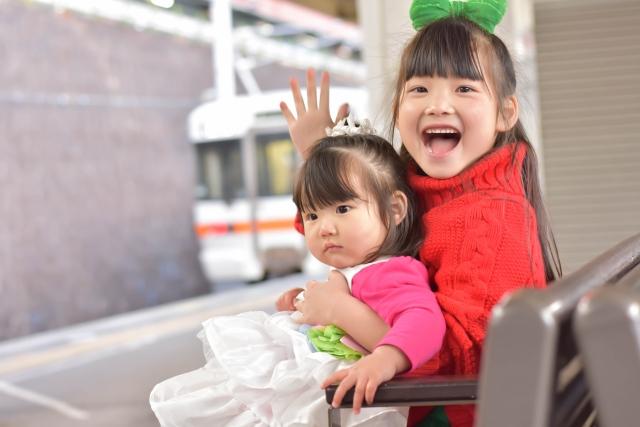 家族と電車に乗る