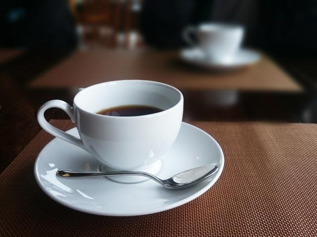 コーヒーカップなどの飲み物用の食器
