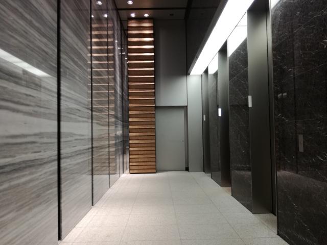 エレベーターホールに降り立つ