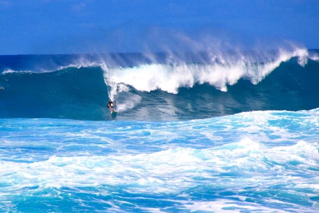 海の波の飲み込まれる