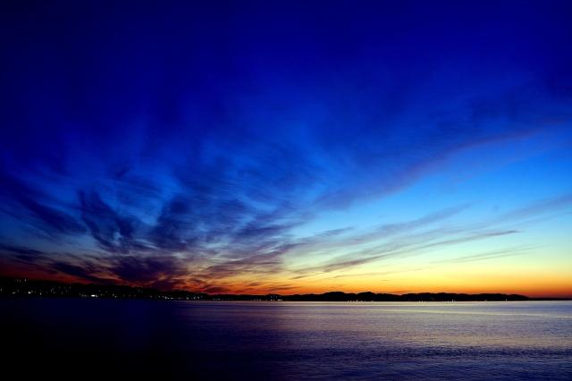 海で日の出を見る