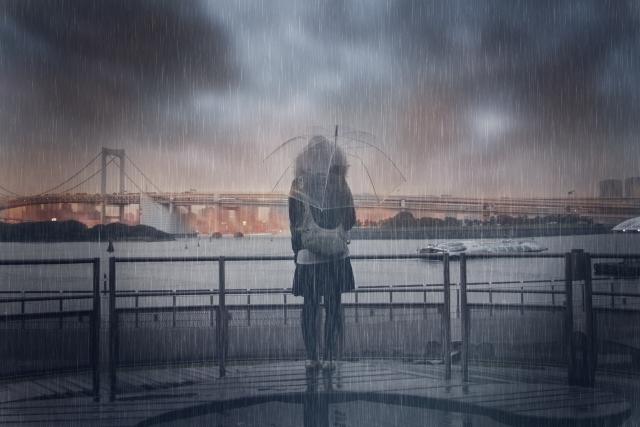 雨の中で傘をさす