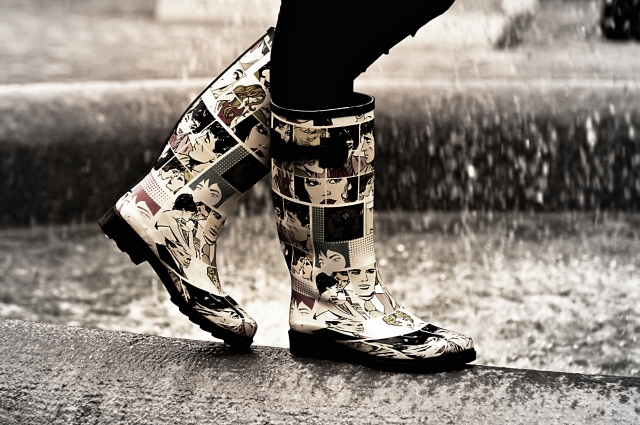 洪水で靴のまま足だけが水に浸かる