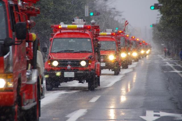 消防車がサイレンを鳴らしながら通り過ぎていく