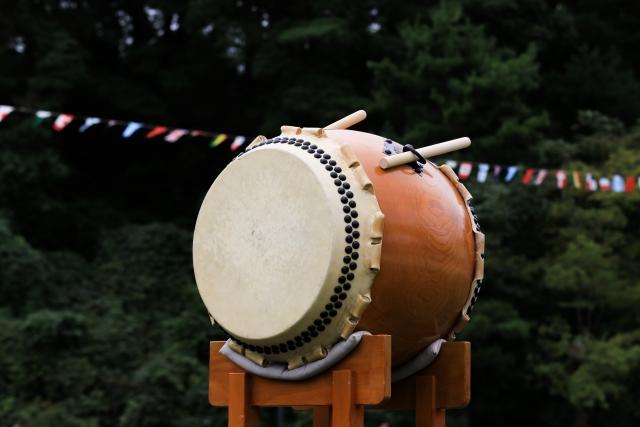 太鼓を見つめている