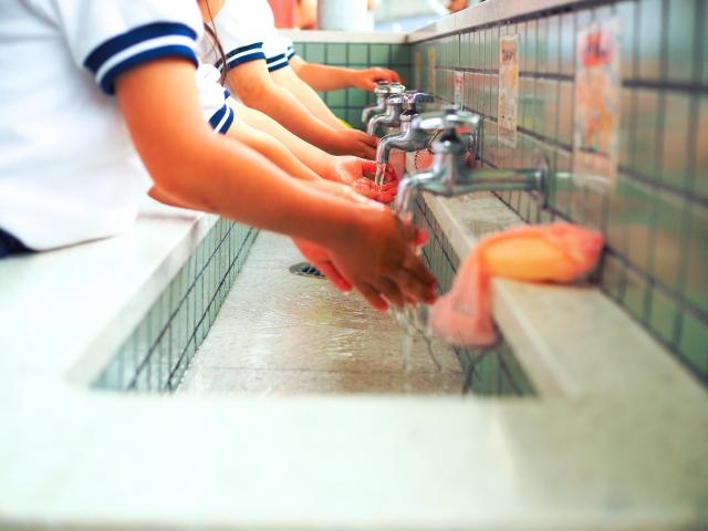 学校で手を洗う