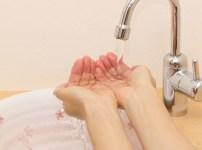 手を洗っている