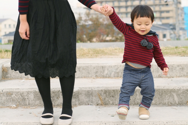 自分の子どもと手をつなぐ