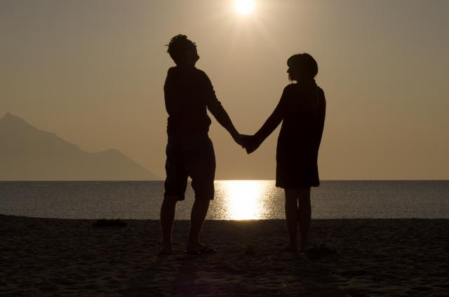 元恋人と手をつなぐ