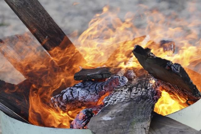 木材を燃やす