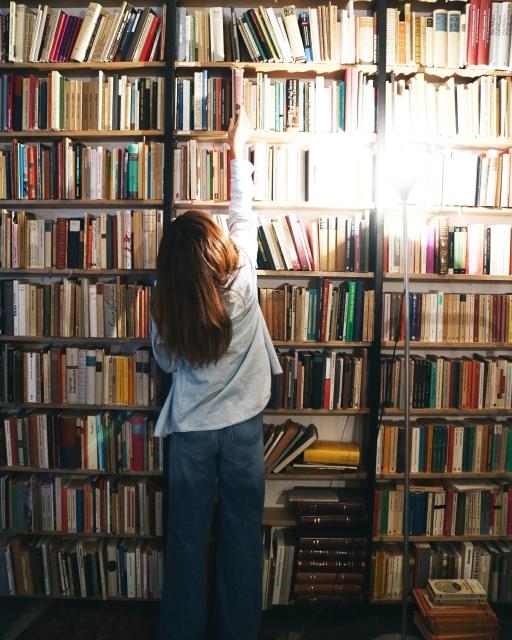 本棚に本を返す