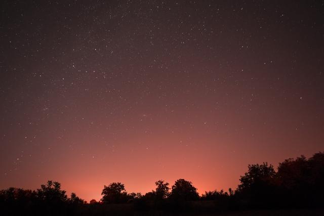 .赤い流れ星を見る