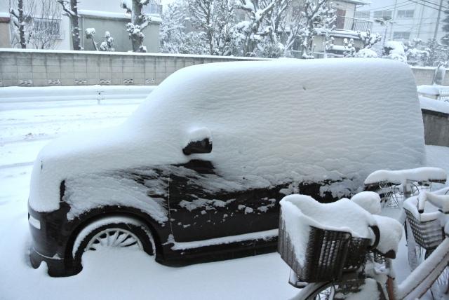 タイヤが雪に埋まる