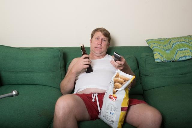 一人で寂しくテレビを見る