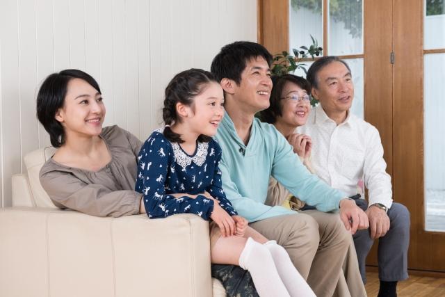 家族とテレビを見る