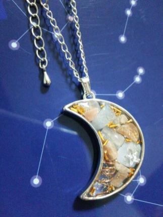 月のフレームネックレス