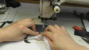 布ループの縫い代側に紐を縫い付ける