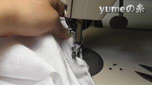 ゴムを引っ張り、ミシンの前方にあるゴムは平らにして縫う