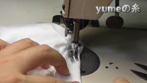 ゴムを入れながら縫う