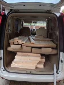 木材を積み込む