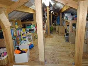 屋根裏収納の棚