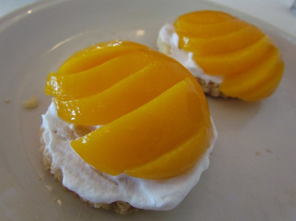 Almond shortbread with peaches