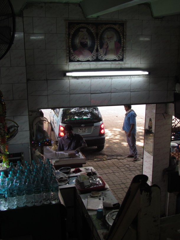 Cars being parked outside the Dhaba to 'eat in the car'.