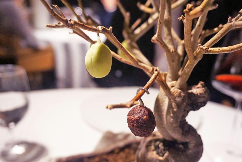 Helado de aceituna verde y Aceituna Negra Frita, entrante del Menú Degustación 2018 de El Celler de Can Roca.
