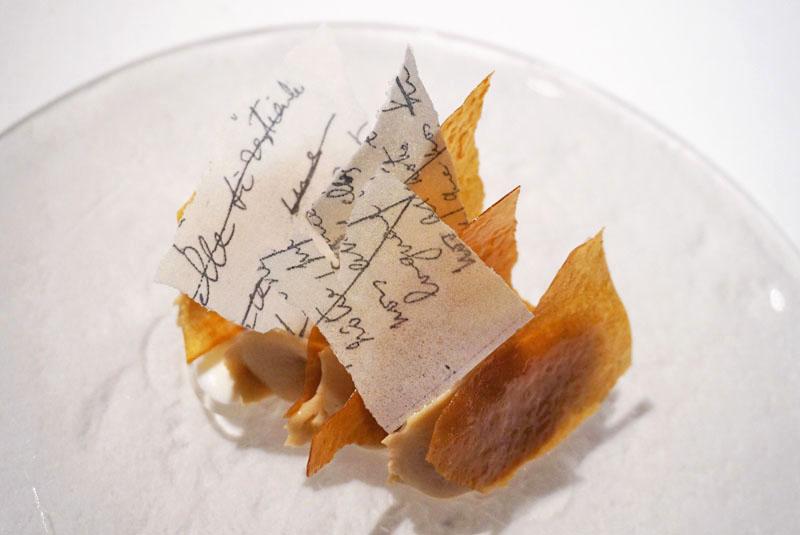Libro Viejo. Milhojas de galleta de mantequilla con crema de té darjeeling y esencia de libro viejo. Postres de Jordi Roca en el Menú Degustación Festival 2018 de El Celler de Can Roca.