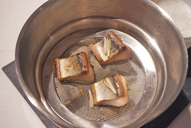 Caballa al vapor de Amontillado, higos, caviar de mújol y germinado de piñón. Menú Degustación Festival 2018 de El Celler de Can Roca.