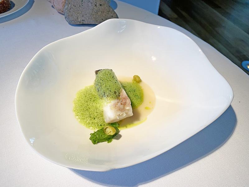 el celler de can roca menu degustación platos principales 2020 Merluza semicurada, jugo de las espinas, pesto de espárragos y rúcula, piparras a la parrilla y aire de aceite de rúcula.