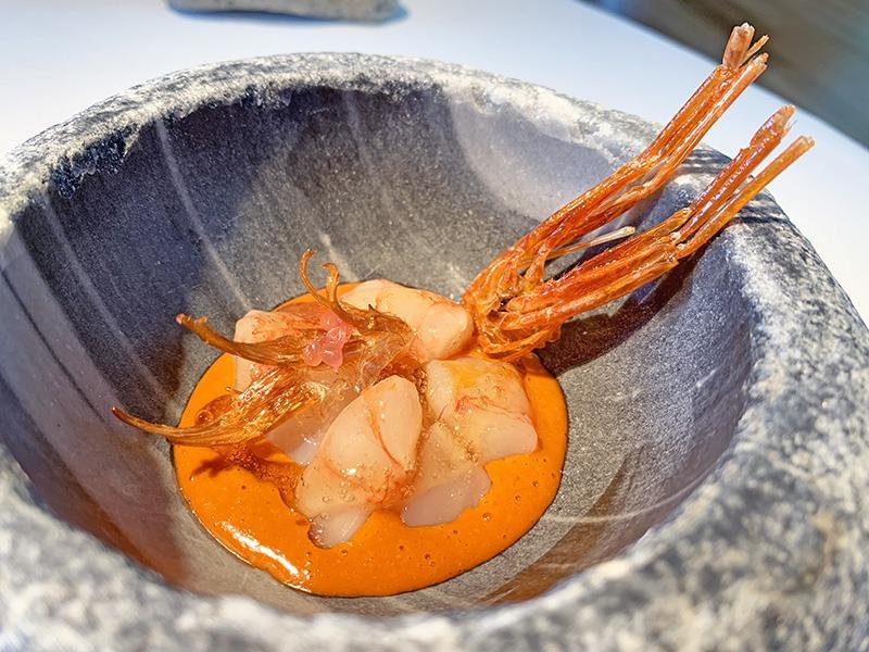 el celler de can roca menu platos 2020 Gamba marinada en vinagre de arroz, jugo de la cabeza, patas crujientes y velouté de algas.