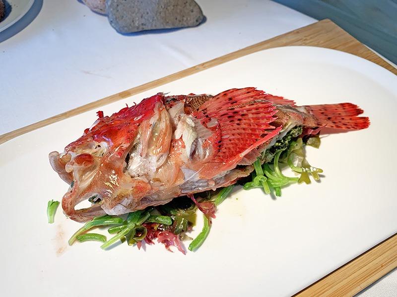 el celler de can roca menu degustación platos de pescado 2020 Cabracho al vapor relleno de algas y anémonas con un típico suquet catalán ligero y terminado con un aceite hecho con un poco perifollo.