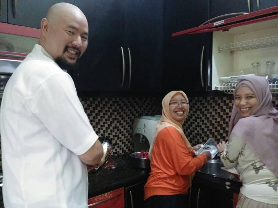 Cuci piring bareng Chef, uhuiii! :D