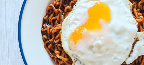 chapagetti ramyeon avec un oeuf frit