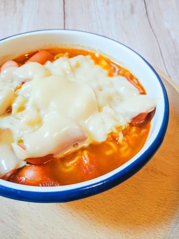 jinramyeon avec fromage et saucisses