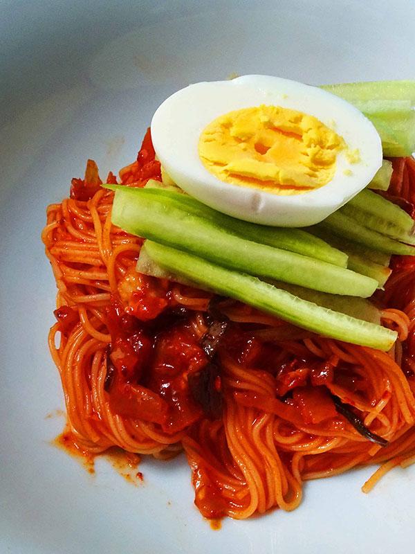 Recette de bibimmyeon coréen, les nouilles froides épicées
