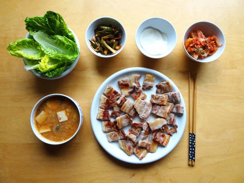 Barbecue coréen avec doenjangjjigae