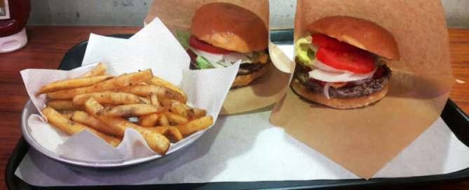 Deux burgers classiques avec assiette de frite