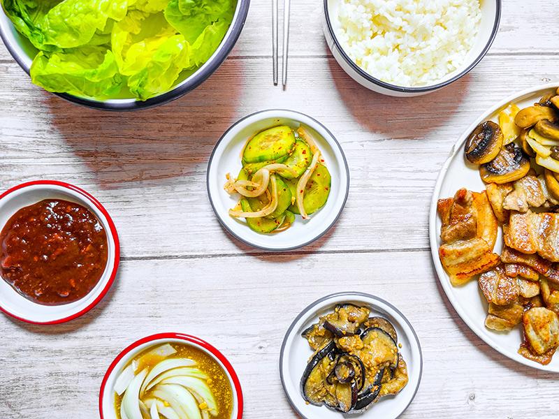 barbecue coréen avec banchan, salade et sauces