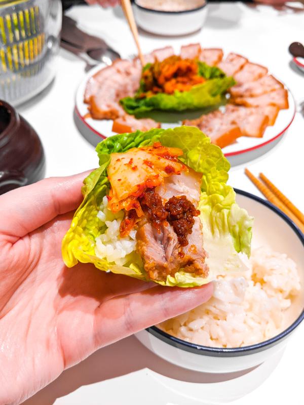 ssam avec bossam, salade enroulee autour de viande et kimchi