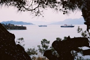 Yuri Martins Fontes / Grécia - 2007 / Ilha de Égina: Paisagem mediterrânica com navios.
