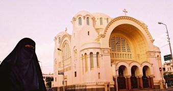 Yuri Martins Fontes / Egito-2007 / Heliópolis: Muçulmana diante de Igreja Cristã / Grande Cairo – possivelmente a antiga Babilônia
