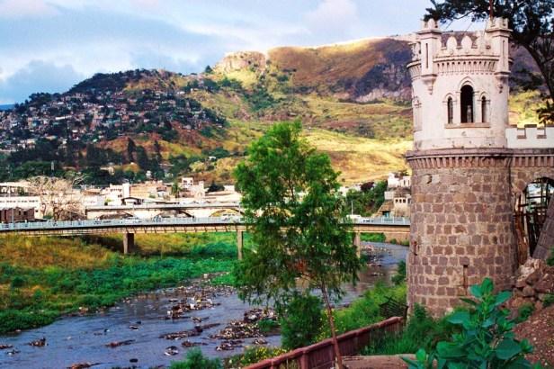 Yuri Martins Fontes / Honduras-2002 / Tegucigalpa: Castelo e rio com esgoto / Centro da capital